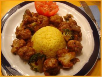 Asiatische Hackfleischbällchen mit Gemüse und gelben Reis - Rezept
