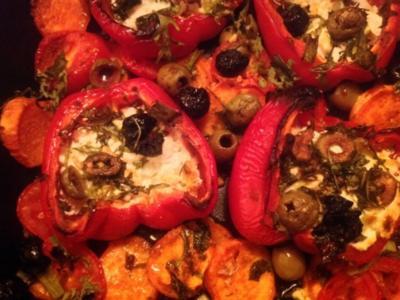Paprika gefüllt mit Schafskäse, dazu Süßkartoffeln. Und ein Yoghurt-Sesam Dip - Rezept