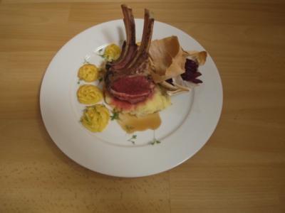 Lammkrone auf Fichten-Jus mit Herzoginnen-Kartoffeln, begleitet von Rotkohl im Schlafrock - Rezept