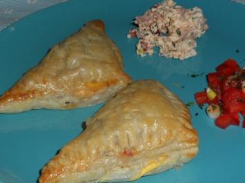 Rezept: Abendessen/Snack: Blätterteigtaschen mit pikanter Feta-Paprika-Füllung
