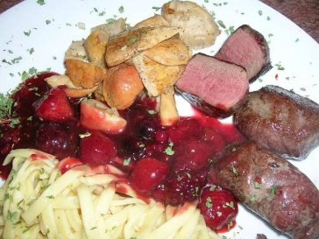 Rehmedaillons mit Portwein-Früchtchen-Sauce an Spätzle und Steinpilzen - Rezept - Bild Nr. 2