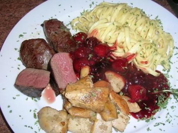 Rehmedaillons mit Portwein-Früchtchen-Sauce an Spätzle und Steinpilzen - Rezept - Bild Nr. 3
