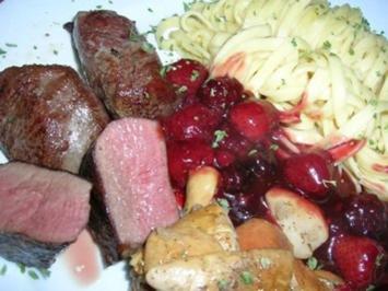 Rezept: Rehmedaillons mit Portwein-Früchtchen-Sauce an Spätzle und Steinpilzen
