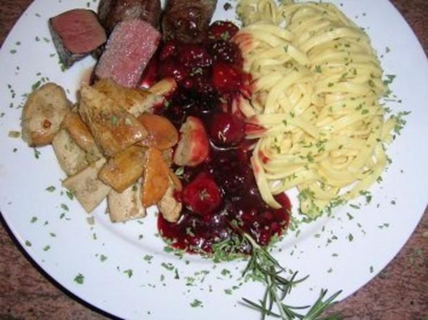 Rehmedaillons mit Portwein-Früchtchen-Sauce an Spätzle und Steinpilzen - Rezept - Bild Nr. 5