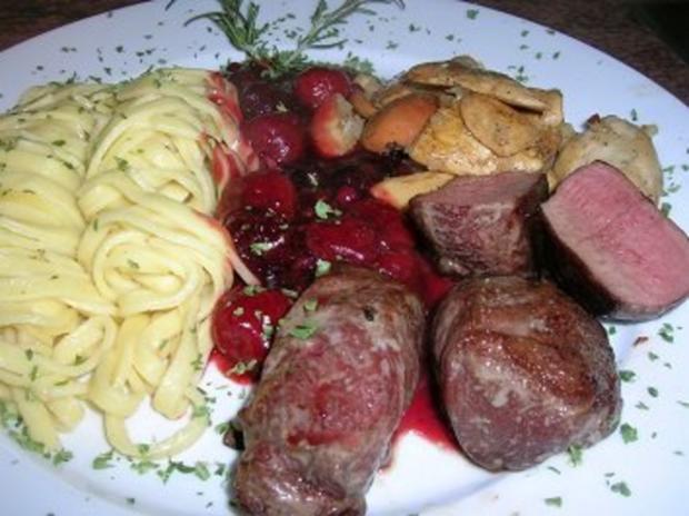 Rehmedaillons mit Portwein-Früchtchen-Sauce an Spätzle und Steinpilzen - Rezept - Bild Nr. 6