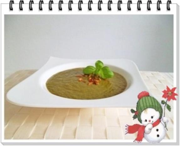 Grünkohl Cremesuppe mit Pinienkerne verfeinert - Rezept