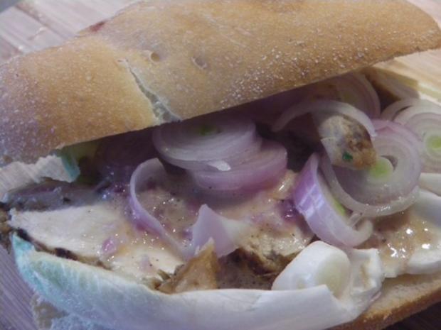 Estragon-Senfhühnchen im Sandwich mit Sweet Onion Sauce - Rezept