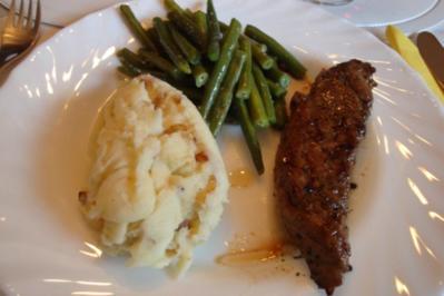 Rezept: Lammfilet mit Zwiebel-Kartoffelpürrée und grünen Knoblauchböhnchen