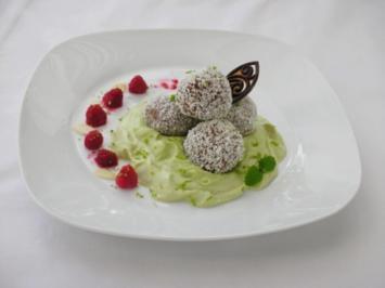 Süße  Quinoa- Bällchen mit Himbeerkern auf Avocadocreme - Rezept