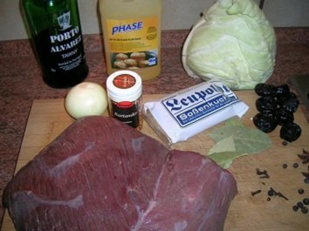 Hirschrückenbraten an weihnachtlicher Sauce, Rahmspitzkohl und Walnuss-Kartoffel-Plätzchen - Rezept - Bild Nr. 7