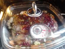 Wildschweinkeule mit Balsamico-Zuckerrübensirup, Preiselbeeren und Maronen - Rezept