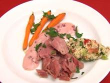 Surhaxnfleisch mit Tabouleh und Preiselbeer Meerettichdip, dazu Babykarotten in Balsamico - Rezept