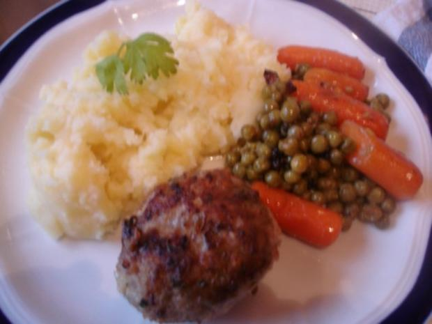 Korianderbuletten mit Sellerie-Kartoffelstampf und Erbsen mit Möhren - Rezept