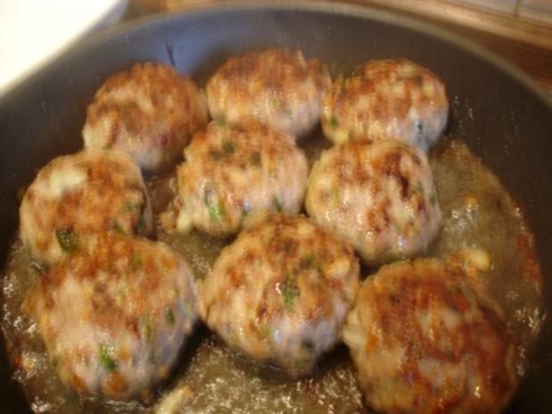 Korianderbuletten mit Sellerie-Kartoffelstampf und Erbsen mit Möhren - Rezept - Bild Nr. 8
