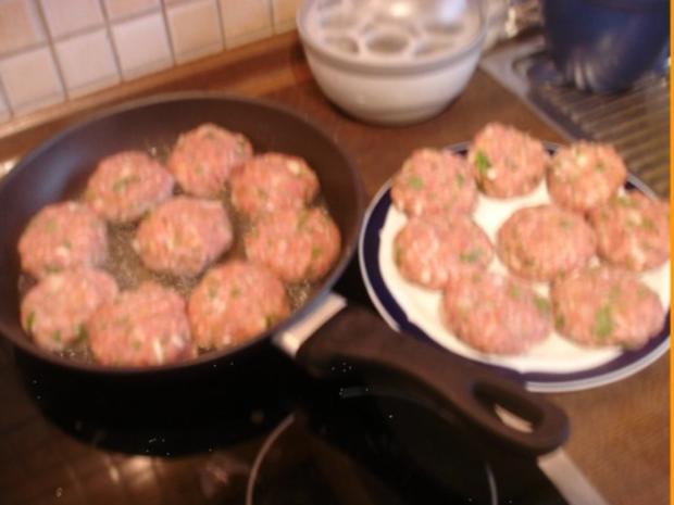 Korianderbuletten mit Sellerie-Kartoffelstampf und Erbsen mit Möhren - Rezept - Bild Nr. 6