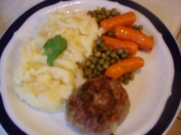 Korianderbuletten mit Sellerie-Kartoffelstampf und Erbsen mit Möhren - Rezept - Bild Nr. 15