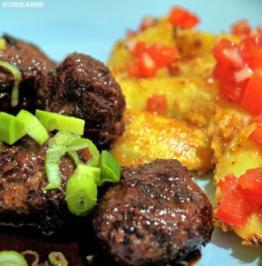 Glasierte Hackbällchen und pikante Kartoffeln mit Tomaten-Salsa - Rezept