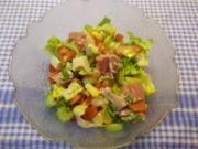 Staudenselleriesalat mit Tomaten, Käse und Schinken - Rezept