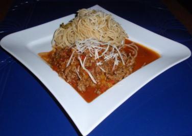 Hackfleisch-Paprikasoße und Spaghetti mit Oliven - Rezept
