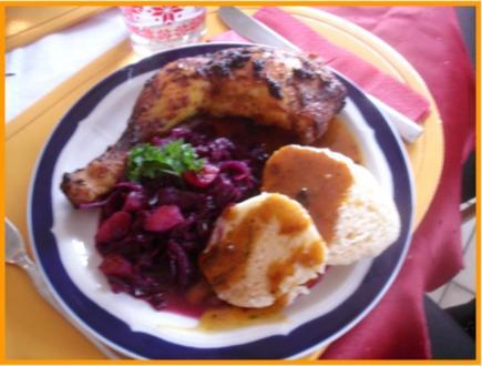 Knusprige Hähnchenschenkel mit Sauce, Gourmet-Rotkohl  und tschechischen Hefeknödeln - Rezept