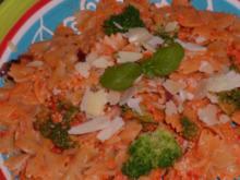 Pasta: Farfalle mit Paprika-Mandel-Pesto und Broccoli - Rezept
