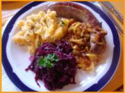 Bratwurst mit Gourmet-Rotkohl, Steckrüben-Kartoffelstampf und gerösteten Zwiebeln - Rezept