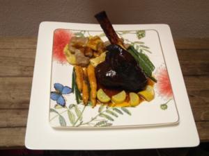 Lammstelze mit Sardellen-Honigglasur, dazu Sommergemüse in Rosmarinjus und Maronengnocchi - Rezept