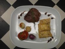 Filetsteaks mit Ravioli, Ratatouille-Gemüse und karamellisierte Perlzwiebeln - Rezept