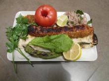 Adana Kebab auf Fladenbrot und Salat - Rezept