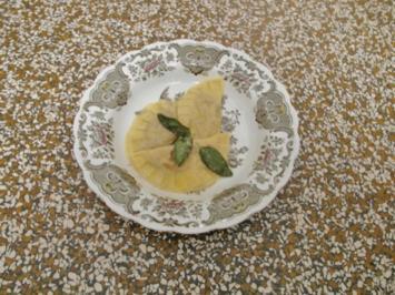 Hausgemachte Ravioli mit Steinpilz-Ricotta-Füllung auf Salbeibutter - Rezept