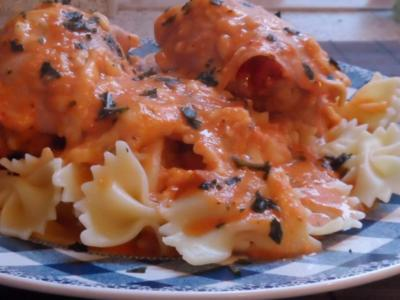 Ofengerichte: Gratinierte Schinken-Hackröllchen in cremiger Tomatensoße - Rezept