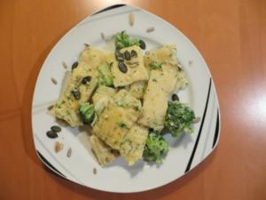 Ravioli mit Kräuter-Frischkäse-Füllung, Broccoliröschen und Kürbiskernen - Rezept
