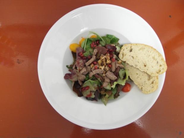 Wintersalat mit Rinderfiletspitzen an Granatapfeldressing - Rezept