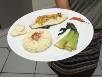 Doradenfilet mit Kroepoek-Pinienkern-Kruste und Kokosrisotto an asiatischem Gemüse - Rezept