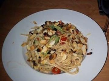 Rezept: Spaghetti mit Broccoli-Röschen und Cocktailtomaten in Cognac-Sahne-Soße