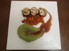 Gefüllte Hähnchenschenkel mit Basilikumpüree, Paprikagemüse und Portweinsoße - Rezept