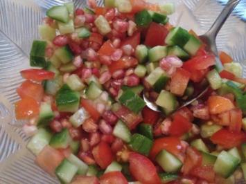 Salat mit Tomate, Gurke und Granatapfel - Rezept