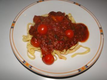 Sehr pikante Tomatensauce mit Tagliatelle - Rezept