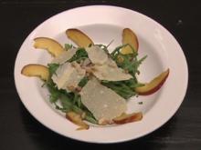 Rucolasalat mit Parmesan, frischen Pfirsichen und Nüssen (Denise Biellmann) - Rezept