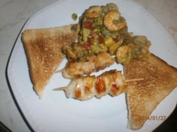 Rezept: Avocado-Mango-Salsa mit Garnelen und Hühnerbrustspießen