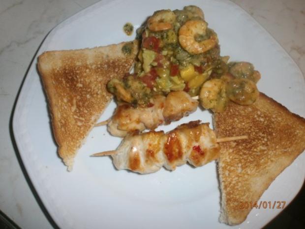 Avocado-Mango-Salsa mit Garnelen und Hühnerbrustspießen - Rezept