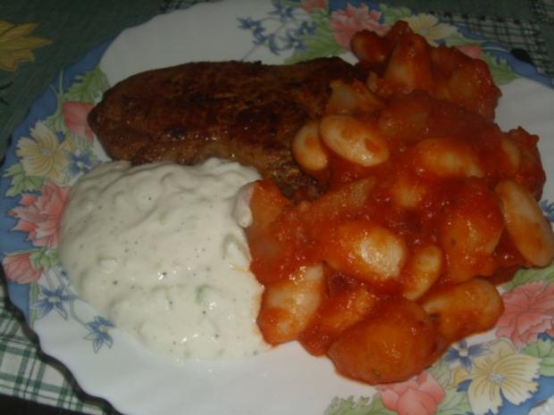 Scharfe Koteletts mit weissen Riesen Bohnen und Kartoffeln in Tomatensoße - Rezept