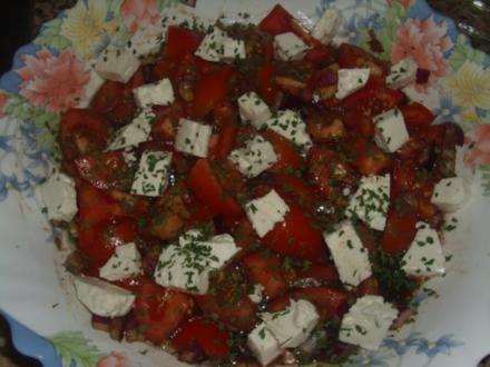 Tomatensalat mit roten Zwiebeln und Ziegenkäse - Rezept