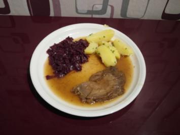 Selbst eingelegter Sauerbraten vom Rind mit Petersilienkartoffeln und Rotkohl - Rezept