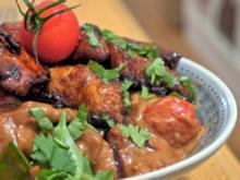Knusperhuhn mit Tomaten-Erdnusssauce an Vollkorn-Jasmin-Reis - Rezept