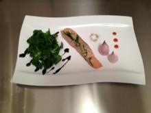 Warm gebeizter Estragonlachs an Feldsalat mit Ofenzwiebeln - Rezept