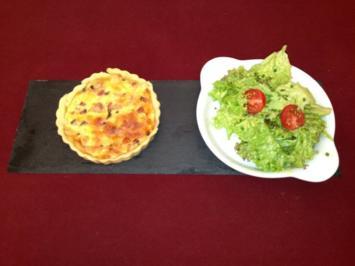 Mini-Quiche Lorraine mit Salat an Honig-Senf-Vinaigrette - Rezept