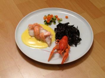 Lachs und Steinbeißer auf Safranweinvelouté mit schwarzen Nudeln und Flusskrebsen - Rezept