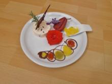 Tannenhonig-Parfait mit Walnusskrokant und Früchte der Saison - Rezept