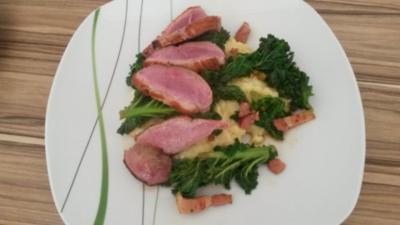 Rezept: Entenbrust mit gespicktem Grünkohl und Kartoffelpüree